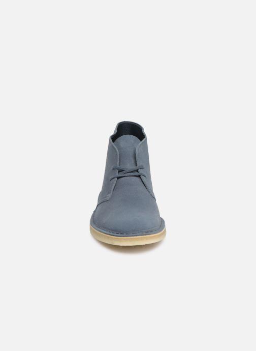 Stivaletti e tronchetti Clarks Originals Desert Boot M Azzurro modello indossato