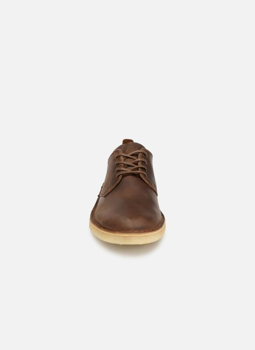 Scarpe con lacci Clarks Originals Desert London M Marrone modello indossato