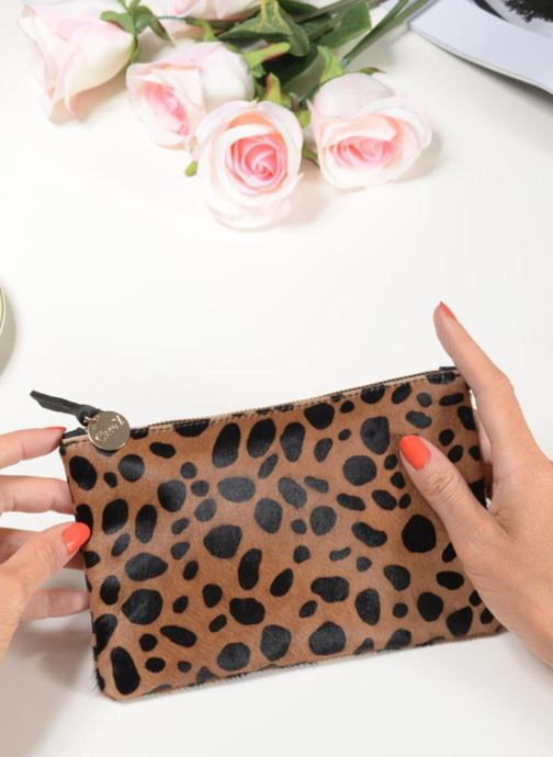 Wallets & cases Clare V. CLUTCH 10003 Brown view from underneath / model view