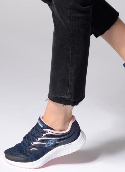 Sportschuhe Skechers Skyline weiß ansicht von unten / tasche getragen