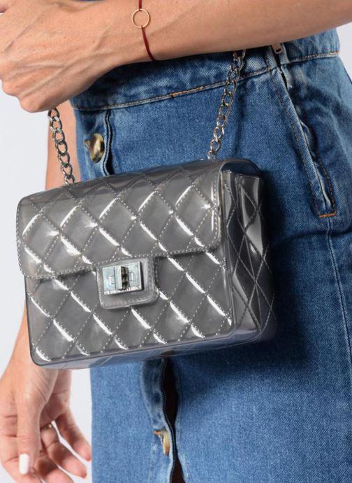 Handtaschen Designinverso Taormina Fumo grau ansicht von unten / tasche getragen