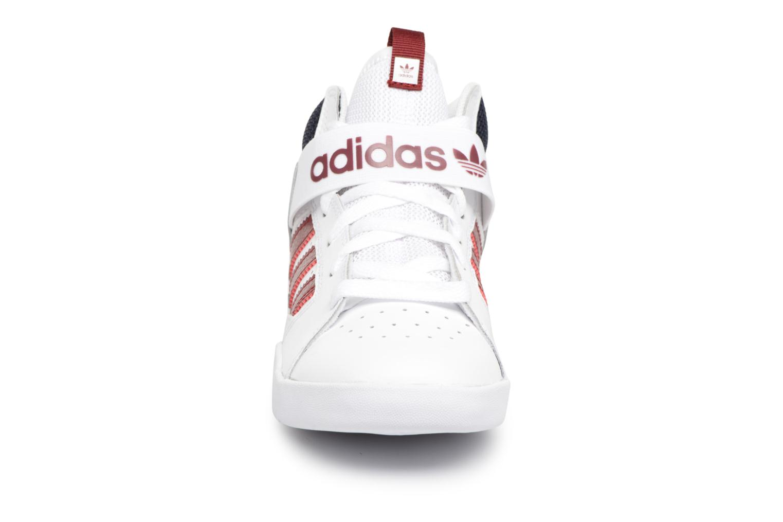 Sneakers Adidas Originals VRX Mid J Bianco modello indossato