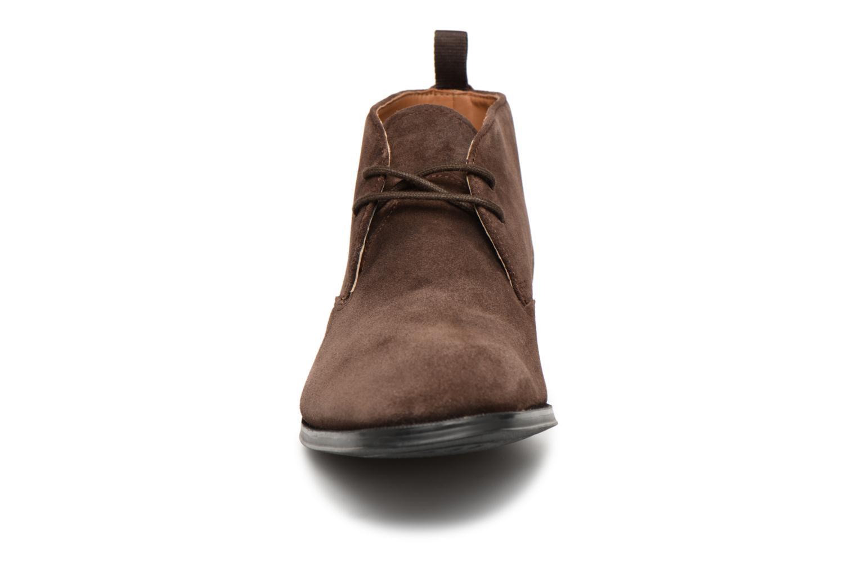 Boots Clarks Gilman Mid Brun bild av skorna på