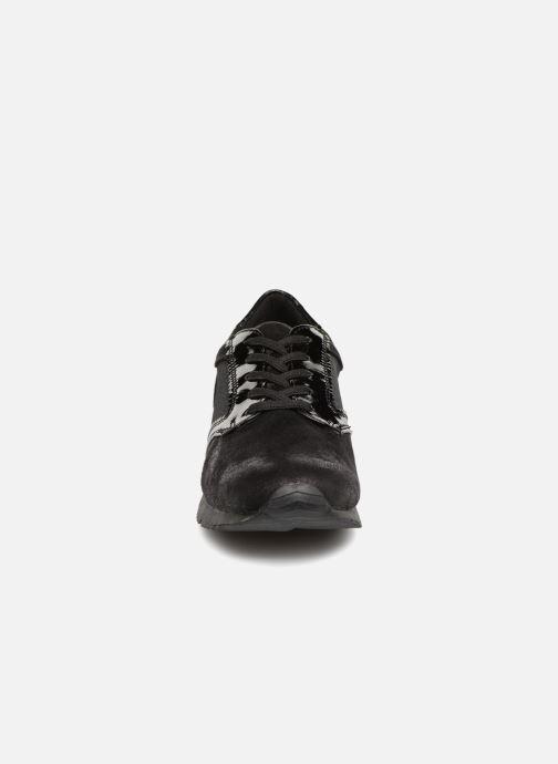 Sneakers Tamaris 23601 Nero modello indossato
