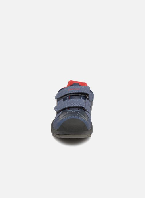 Baskets Geox J New Savage Boy J841VA Bleu vue portées chaussures