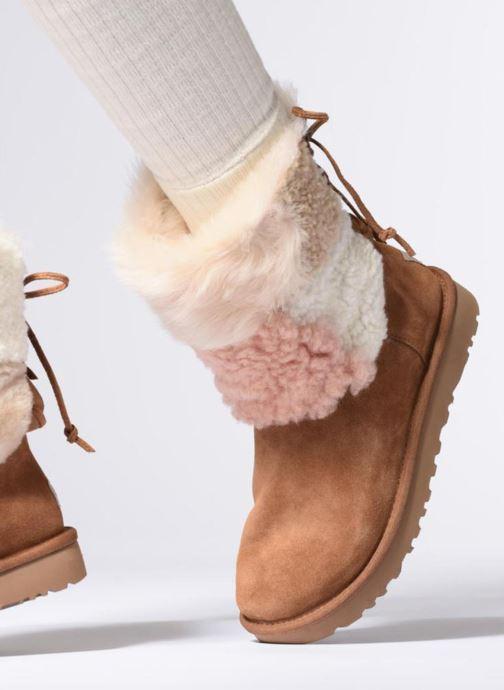 Bottines et boots UGG W Classic Short Patchwork Beige vue bas / vue portée sac