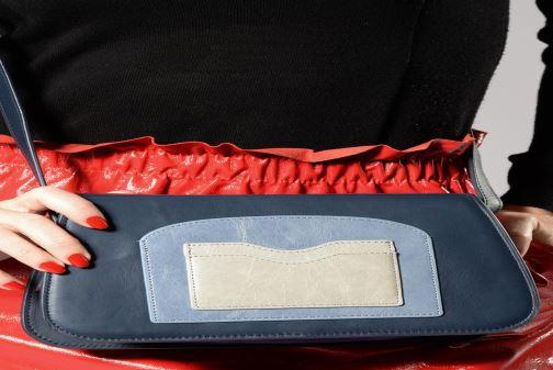 Handtaschen Nat & Nin JUDITH blau ansicht von unten / tasche getragen