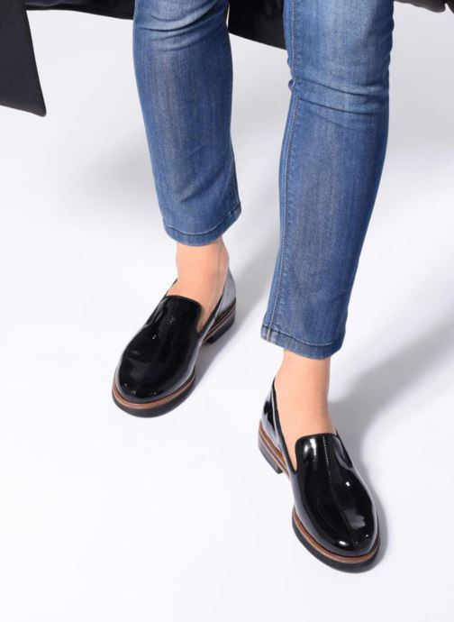 Mocassins Clarks Unstructured Frida Loafer Noir vue bas / vue portée sac