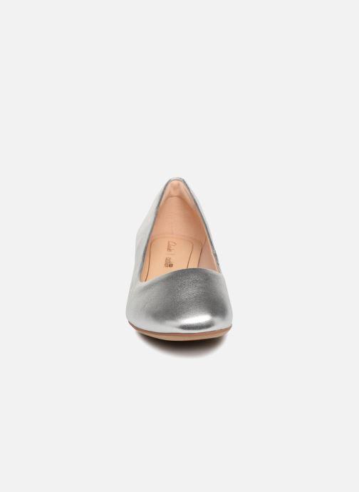 Zapatos de tacón Clarks Orabella Alice Plateado vista del modelo