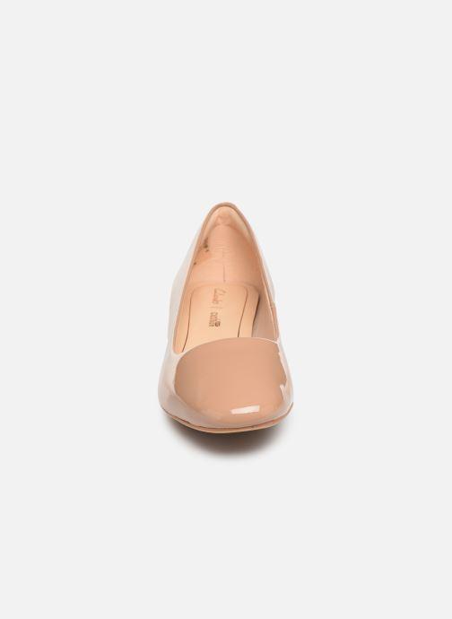 Zapatos de tacón Clarks Orabella Alice Beige vista del modelo