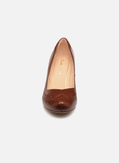 Zapatos de tacón Clarks Dalia Ruby Marrón vista del modelo