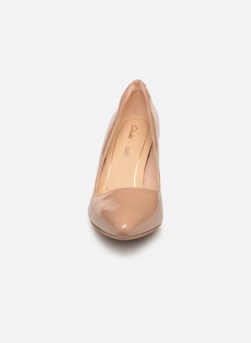 Zapatos de tacón Clarks Laina Rae Beige vista del modelo