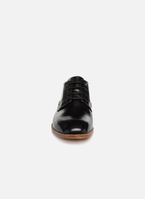 Snörade skor Clarks Ellis Scarlett Svart bild av skorna på