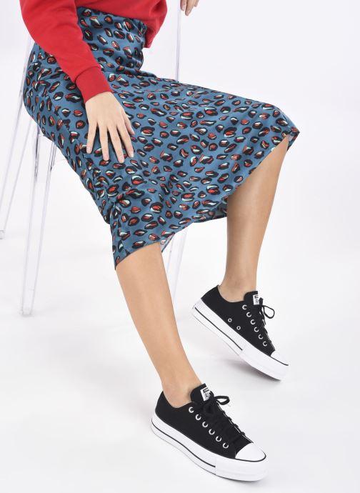 Sneaker Converse Chuck Taylor Lift Ox schwarz ansicht von unten / tasche getragen