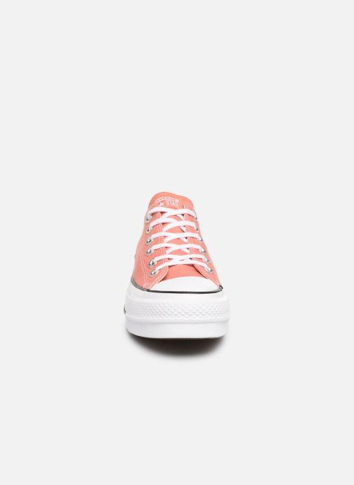 Sneakers Converse Chuck Taylor Lift Ox Rosa modello indossato
