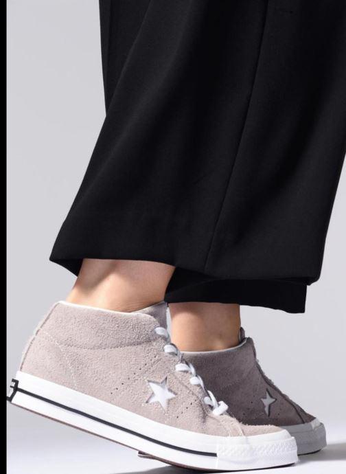 Sneaker Converse One Star Mid W grau ansicht von unten / tasche getragen