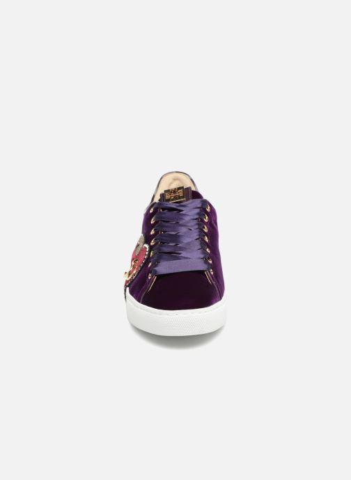 Sneakers HÖGL Heart Beat Viola modello indossato