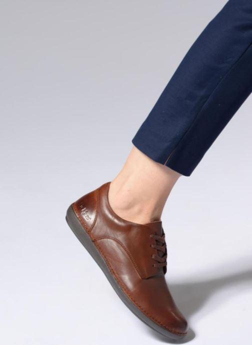 Schnürschuhe Kickers FOWFO braun ansicht von unten / tasche getragen