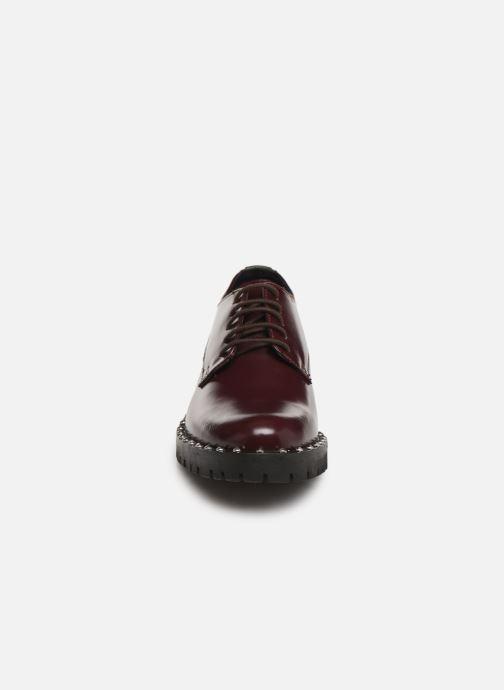 Scarpe con lacci Kickers ROLLIE Bordò modello indossato