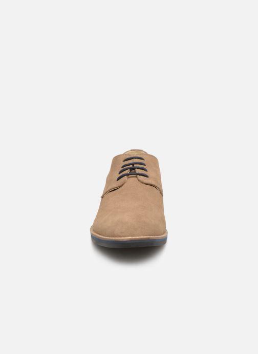 Scarpe con lacci Kickers ELDAN M Beige modello indossato