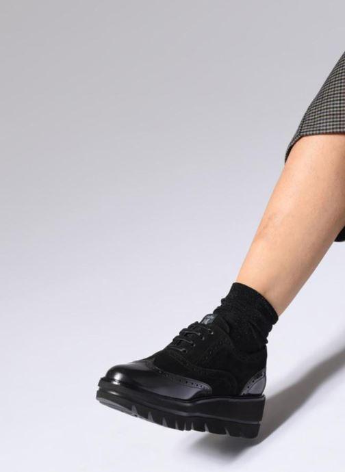Schnürschuhe Callaghan Party line schwarz ansicht von unten / tasche getragen