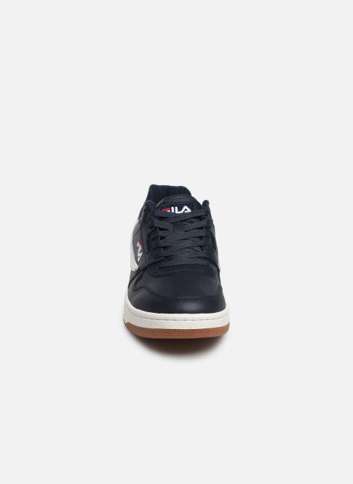Sneakers FILA Arcade Low Azzurro modello indossato