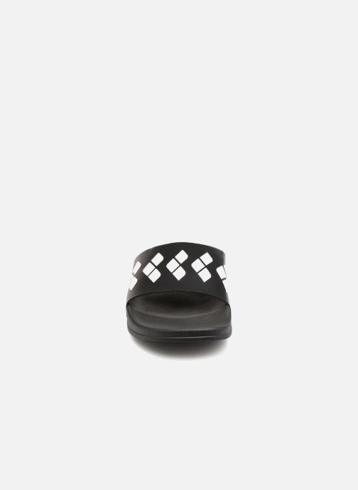 Zapatillas de deporte Arena Team Stripe Slide Negro vista del modelo