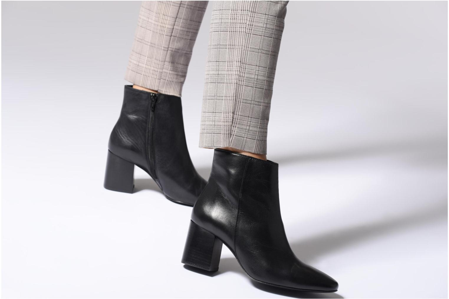 Ankle boots Georgia Rose Remonta Black view from underneath / model view