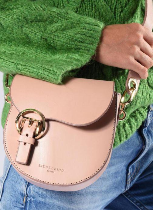 Handtaschen Liebeskind Berlin Round Daddy Crossbody Small weinrot ansicht von unten / tasche getragen