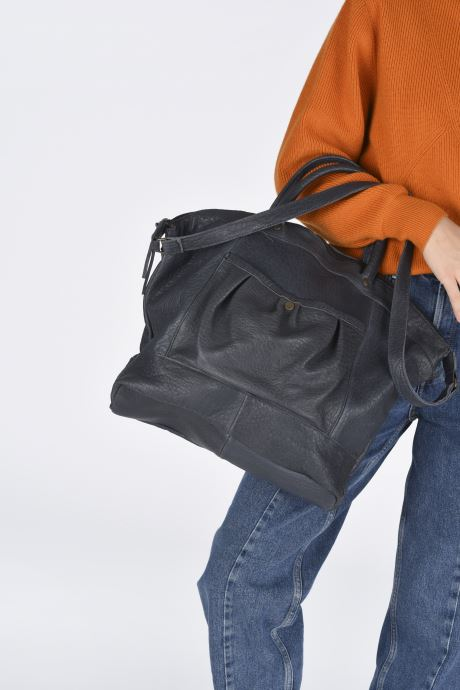 Handtaschen Aridza Bross C1BIS blau ansicht von unten / tasche getragen