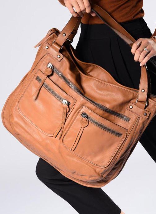 Handtaschen Aridza Bross 3351 braun ansicht von unten / tasche getragen