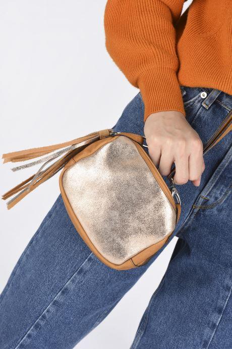 Handtaschen Aridza Bross 3810 gold/bronze ansicht von unten / tasche getragen
