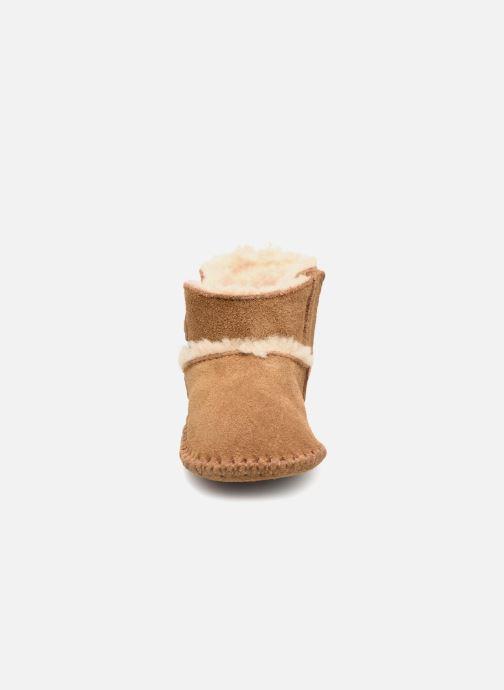 Pantofole UGG Lemmy II K Marrone modello indossato