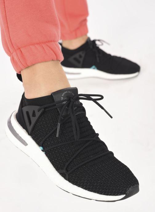 Sneaker adidas originals Arkyn Pk W schwarz ansicht von unten / tasche getragen