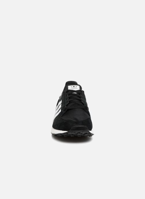 Sneakers adidas originals Forest Grove Nero modello indossato