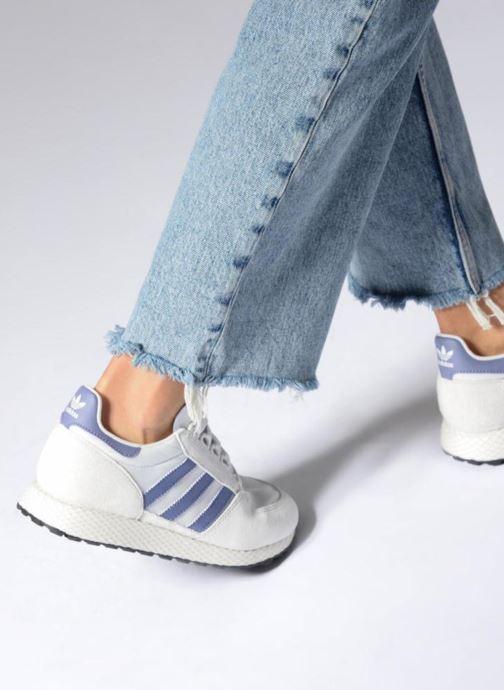 Sneaker adidas originals Forest Grove W grau ansicht von unten / tasche getragen