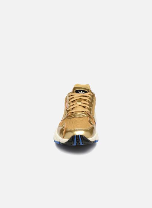 Baskets adidas originals Falcon W Or et bronze vue portées chaussures