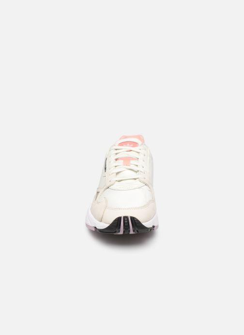 Baskets adidas originals Falcon W Beige vue portées chaussures