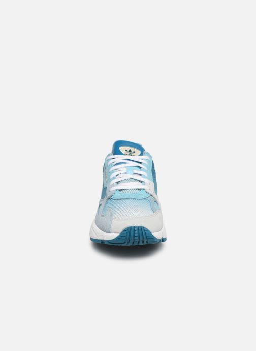Baskets adidas originals Falcon W Bleu vue portées chaussures