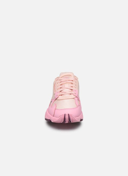 Sneakers adidas originals Falcon W Rosa modello indossato