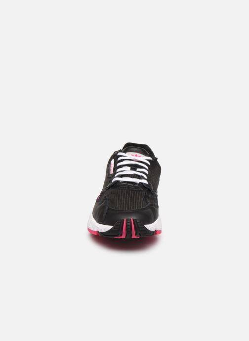 Sneakers adidas originals Falcon W Nero modello indossato