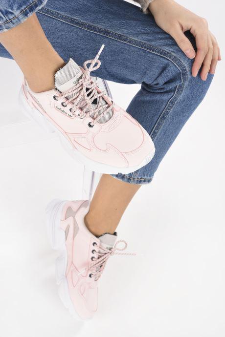 Sneaker adidas originals Falcon W rosa ansicht von unten / tasche getragen