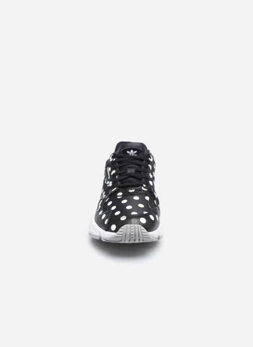 Baskets adidas originals Falcon W Noir vue portées chaussures
