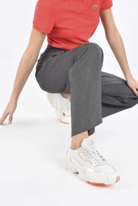 Baskets adidas originals Falcon W Gris vue bas / vue portée sac