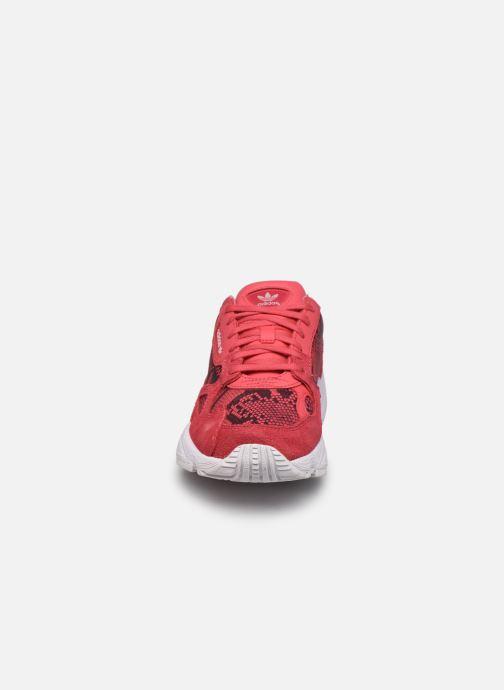 Baskets adidas originals Falcon W Rouge vue portées chaussures