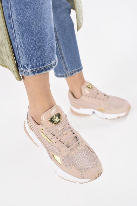 Sneaker adidas originals Falcon W beige ansicht von unten / tasche getragen