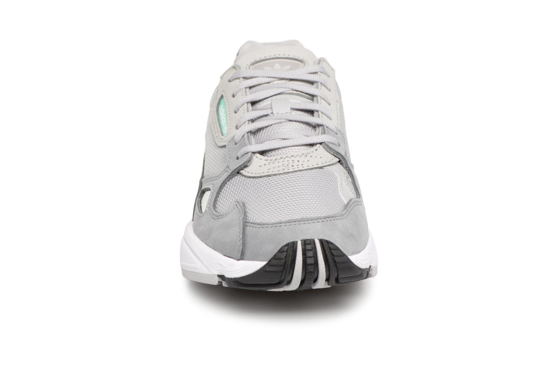 Sneakers Adidas Originals Falcon W Grigio modello indossato