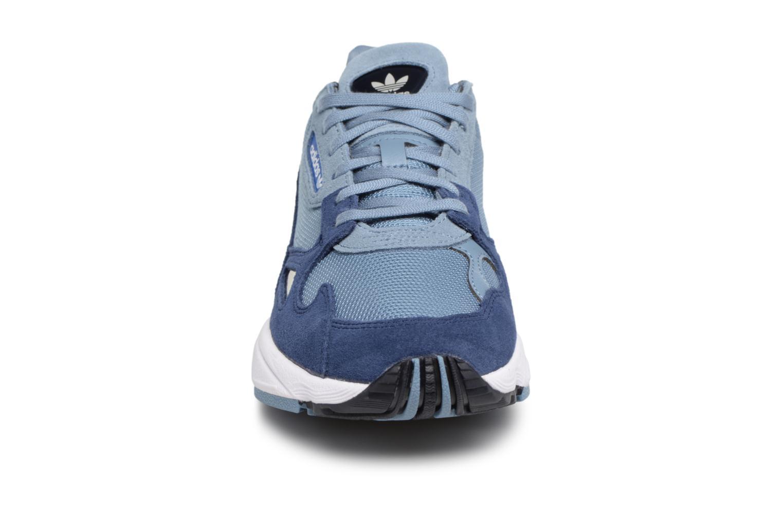 Baskets Adidas Originals Falcon W Gris vue portées chaussures