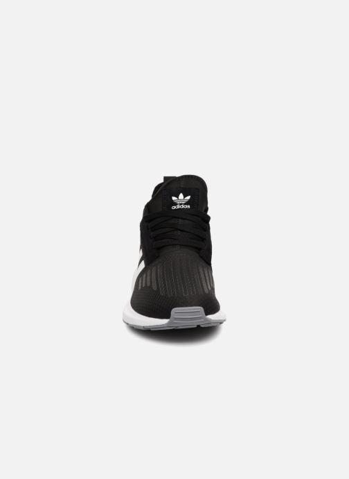 Sneakers adidas originals Swift Run Barrier Nero modello indossato