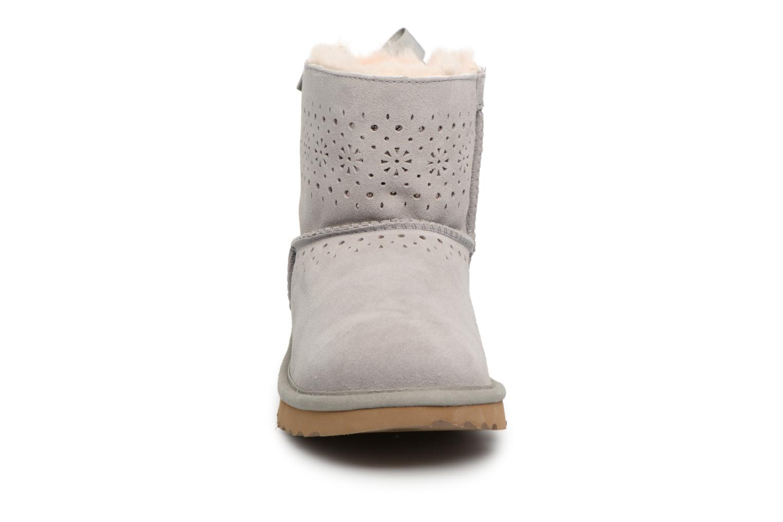 Bottes UGG Dae Sunshine Perf Gris vue portées chaussures